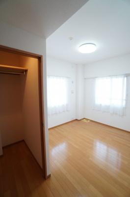 【北東側洋室約6帖】 フラワーボックスもある居室は 2面採光で、とても明るく主寝室向きです。 また、ウォークインクローゼットも完備。 荷物も部屋に溢れる事なく広く使えそうですね。