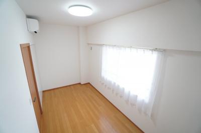 【南側中部屋洋室約5.8帖】 居室にはクローゼットを完備し、 自由度の高い家具の配置が叶うシンプルな空間です。 お子様の成長と必要になる子供部屋にするには ぴったりの間取りですね。