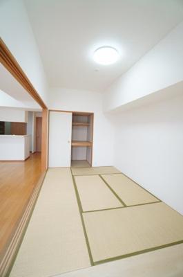 【明るい和室がポイント!】 リビングに繋がる和室ですが、 こちらもメインバルコニーに面しており とても明るくリビングと一体として使用すれば、 約22.7帖の大空間が生まれます!