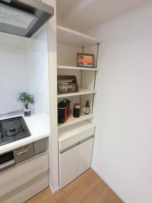 キッチンのカウンターです。 家電製品や食品のストック等を収納できます。