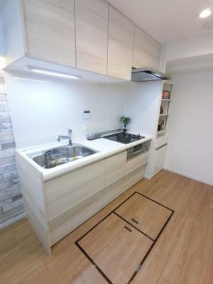 3口ガスコンロのシステムキッチンです。 床下収納、カウンター付でキッチン周りをスッキリ保てます。