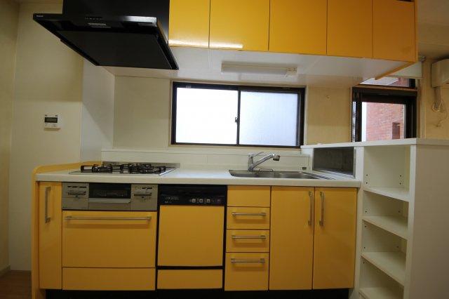 パッと目にうつる黄色のキッチンがとても可愛いですね♪収納スペースは上も下も十分に設置されているため大家族のお食事でも後片付けがらくらくですね!