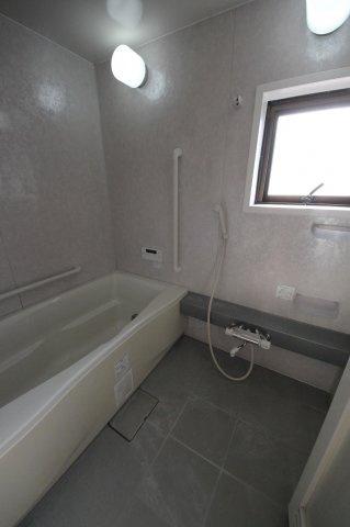 一日の疲れをリフレッシュする場はお風呂の方も多いのでは♪お子様と一緒に入るにも十分なスペースとなっております♪