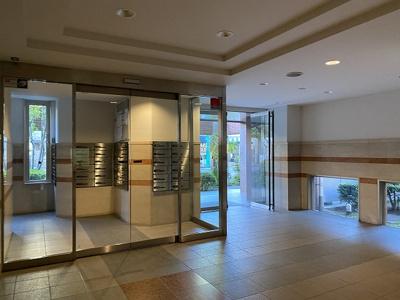 マンション入り口です。管理の行き届いたマンションです。