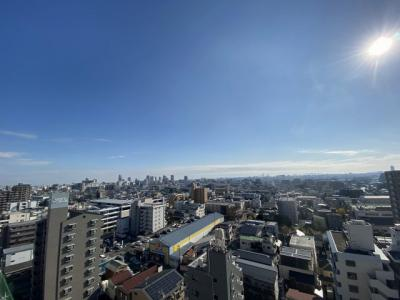 マンション14階からの眺望です。周りに高い建物もなく陽当たり良好です。