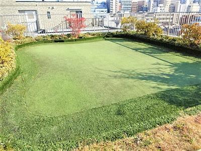屋上はゴルフパター練習場になっています。