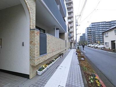 閑静な住宅街に佇む、RC造の地上3階建低層マンション。