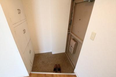 コンフォート竜泉 玄関横にたっぷり入る物入があります ※写真は同タイプのお部屋です