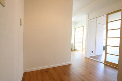 コンフォート竜泉 玄関から見た室内 ※写真は同タイプのお部屋です