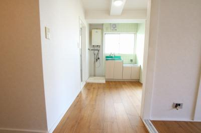 コンフォート竜泉 洗濯機置き場は室内(玄関横)にあります ※写真は同タイプのお部屋です