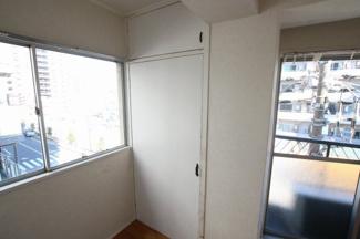 コンフォート竜泉 洋室4帖(キッチン側から) ※写真は同タイプのお部屋です