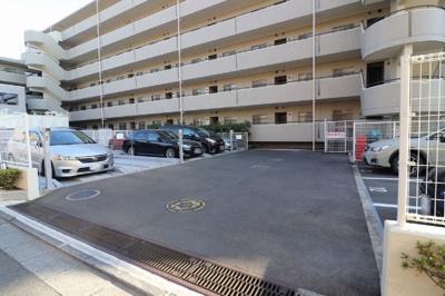 駐車場は平置きタイプで入出庫がしやすいですね。