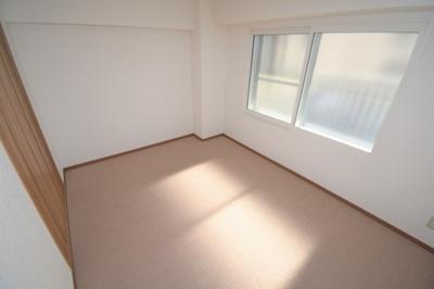 約6.0帖の洋室です。明るく日が入ります。