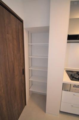 キッチン横の収納です。食品庫として利用いただけます。
