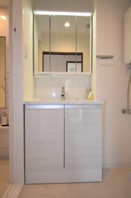 LEDが印象的な洗面台です。