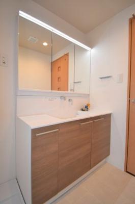 洗面台は大きくLEDが明るい!