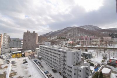 南西側の眺望です。山が見えますので季節を感じる事ができます。