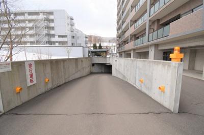 駐車場は地下にもございます。