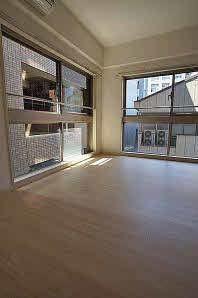 2面窓から室内に多く光を取り入れております♪景色も広く見えるので開放感があります。