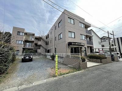 3階建て、総戸数15戸のマンションです。