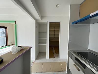 キッチン横には収納と納戸がございます。