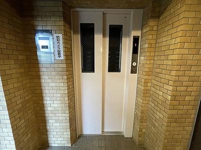 エレベーターで上階への移動もスムーズ。平成26年にリニューアル工事済です。