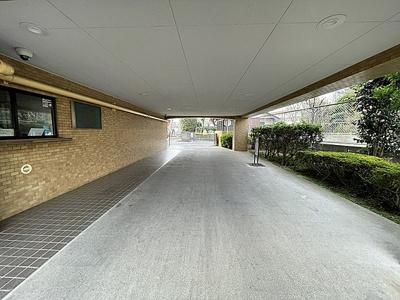 広い屋根のあるエントランス入口です。
