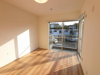 6.4帖の洋室は2面採光で開放感◎ 子供部屋やワークスペースとしても活用できます。