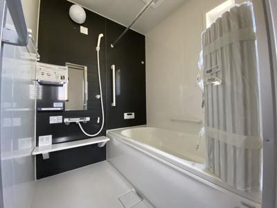 1坪の広々バスルーム♪浴室乾燥付で雨の日でも楽々お洗濯♪ ゆったりと一日の疲れを癒す快適空間に♪