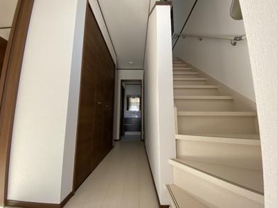 1階廊下には大きな玄関収納あります!