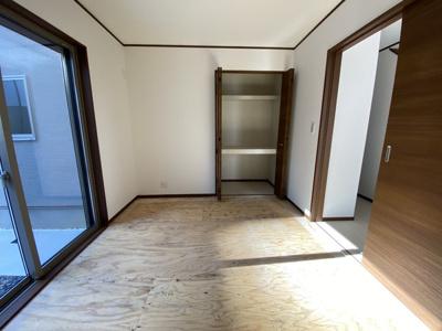 1階には独立した和室採用(畳は現状未施工です)駐車場につながる掃き出し窓あり!充分な収納も確保!