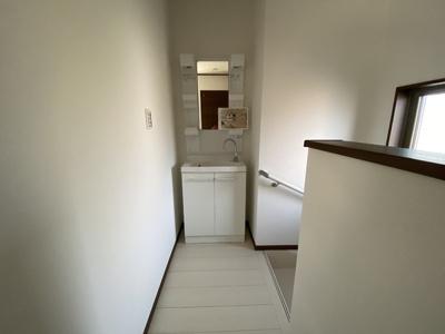 階段を上がると2台目の洗面台設置アリ!