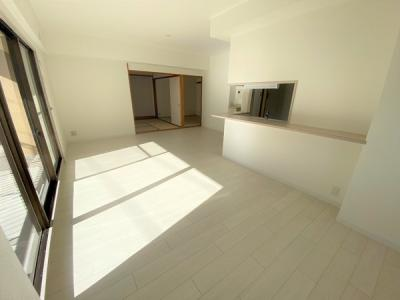室内(2020年12月)撮影 インテリアの映える広々としたLDK!使い勝手を考え心地よい開放感!陽光ふりそそぐ明るい室内は、光と風を呼び込む南向きです