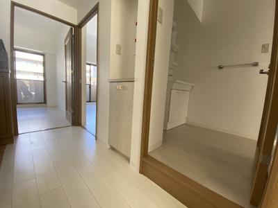 現地(2020年12月)撮影涼子 玄関ホールには収納庫も完備♪各居室をつなぐホールは明るく風通りも良好です!