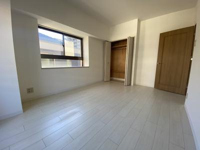 室内(2020年12月)撮影 玄関正面の北側洋室です。充分な収納スペースも完備!角部屋なので2面採光です♪