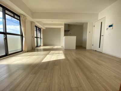 フローリング張替え済。綺麗な床ですね。 壁紙もアクセントクロスになっていてお洒落な空間になっています。