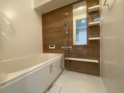 浴槽は新品交換。気持ちよく浸かれますね。落ち着いた色合いの壁面タイルなのでゆったりと一日の疲れを癒す快適空間になっています♪