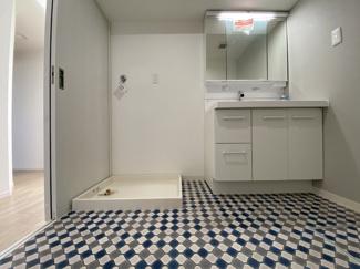 洗面台も新品交換。お洒落な色合いで、清潔感が感じられるよう考慮されていて毎日の身支度が楽しく出来るような空間ですね!