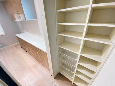 パントリー完備です。収納しやすいよう、可動棚設置済です。