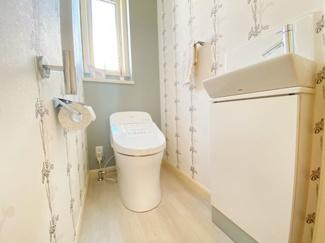 1階の明るいトイレです。