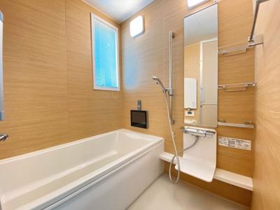 テレビあります。広々バスルーム♪浴室乾燥付で雨の日でも楽々お洗濯♪ゆったりと一日の疲れを癒す快適空間に♪