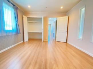 採光もあって明るい2階居室です