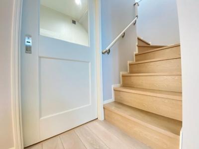 暮らしやすさと安全の為に、階段には手すりを採用しています。窓もあり明るく風通りも良いです