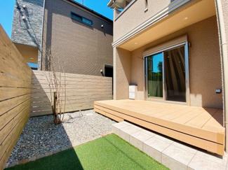 陽当たりも良好なウッドデッキです。高さのあるフェンスの為、目線を気にすることなく、ゆっくり過ごせるお庭です。