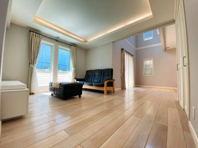 ソファーを置いても余裕の広さです。間接照明のため雰囲気良くスッキリした空間に。
