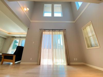 ウッドデッキに出られるダイニング側の窓。上部は開放的な吹抜に。日差しもたっぷり入り明るい空間です。