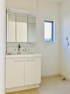 【同仕様写真】身だしなみを整える洗面所は、いつも清潔にしておきたい場所♪三面鏡タイプの洗面台は収納力も優れ快適な洗面室をキープ♪