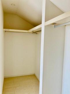【同仕様写真】バルコニーに面した明るい洋室に大切な衣類を収納できる大型クローゼット付です