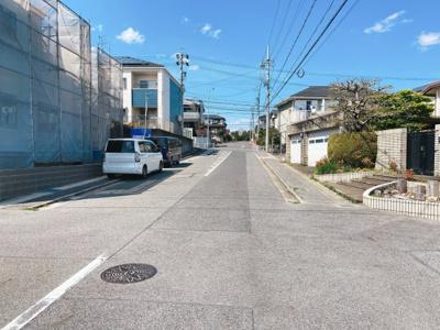 閑静な住宅街です。接道は東側10mです。