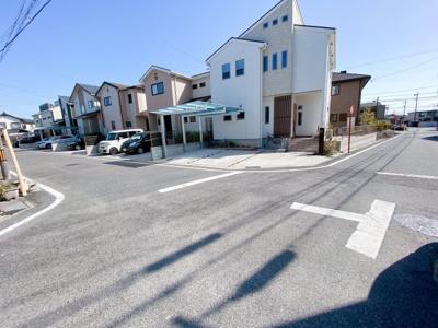 閑静な住宅街です。接道は南東側6mです。